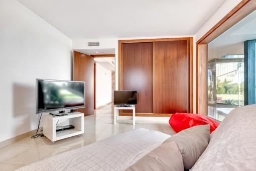 Habitación de invitados con armario empotrado
