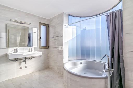Uno de 5 baños con bañera cómoda