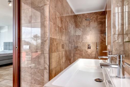 Baño principal en suite con ducha