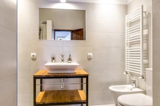 Otro baño moderno con calefacción para las toallas