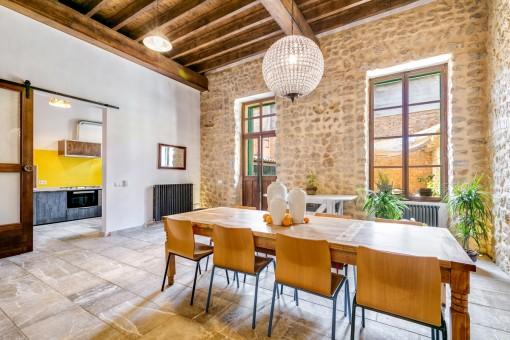 Salón-comedor espacioso con pared de piedra natural