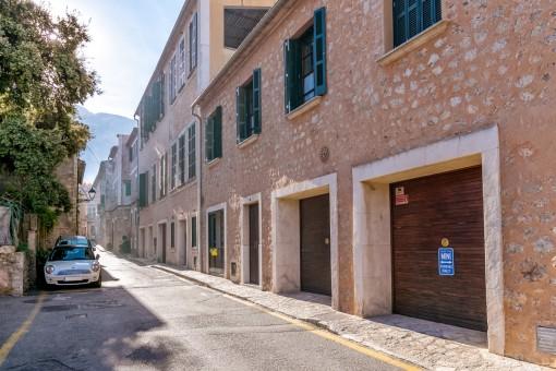 La casa ofrece un garaje con parking