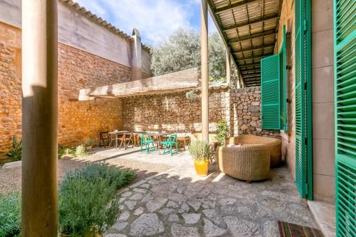 Patio idílico y mediterráneo con opciones de asientos