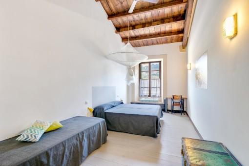 Dormitorio espcaioso con techo de madera