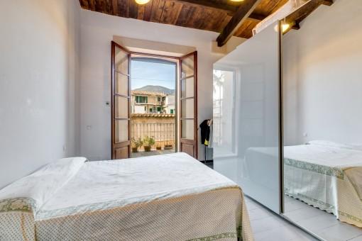 Luminoso dormitorio doble con acceso al balcón