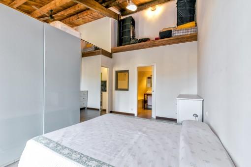 Dormitorio con suficiente espacio de almacenamiento y baño en suite