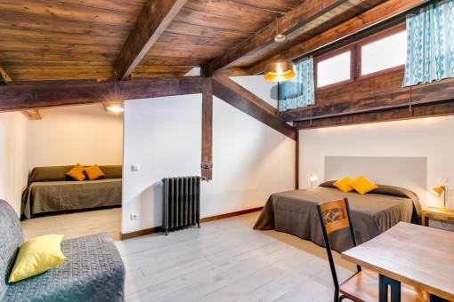 Amplio dormitorio con rústico techo de madera