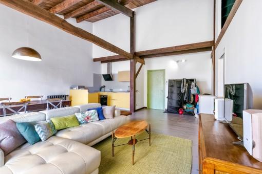 Confortable salón-comedor con cocina abierta