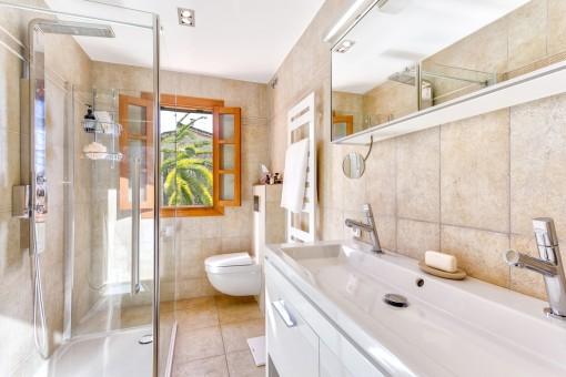 Baño con ducha a nivel de suelo
