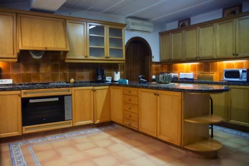 La cocina ofrece mucho espacio para la despensa