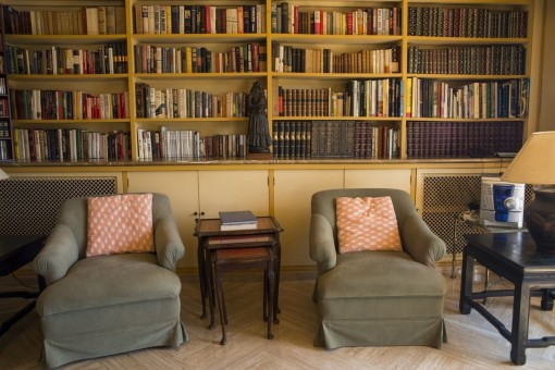 Pequeña biblioteca con sillónes