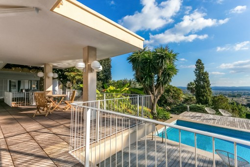 La finca ofrece varias zonas de estar en la veranda