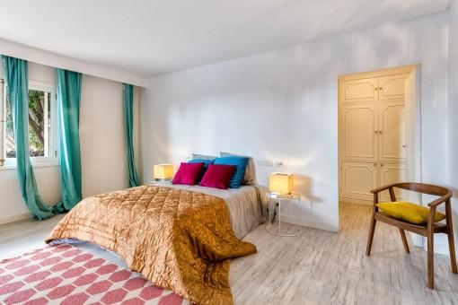 Las cortinas individuales avivan los dormitorios