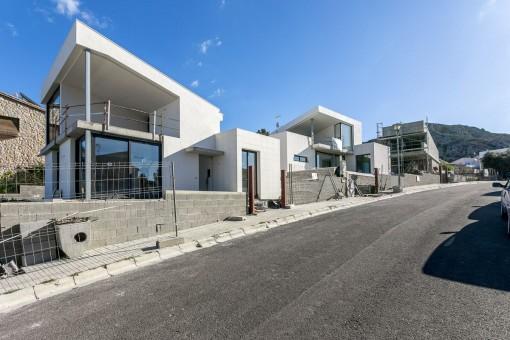 Chalet con estilo moderno y vistas a la bahía en el mejor vecindario, casi terminado