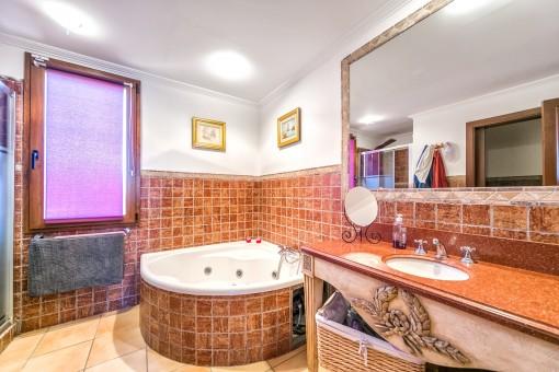 Baño espacioso con ducha y bañera de esquina