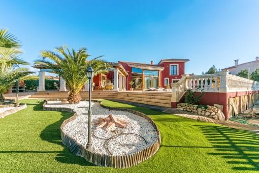 Jardín grande con palmeras