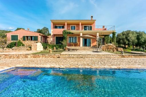 Chalet con piscina, pista de tenis y casa de invitados en Puntiró