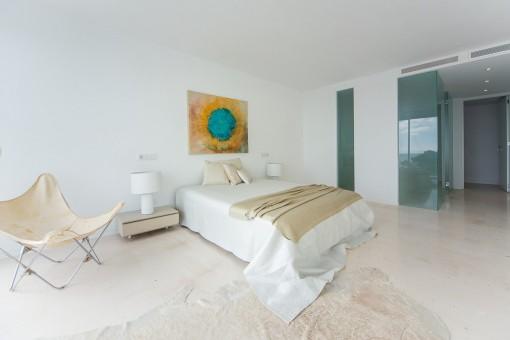 Dormitorio con aire accondicionado y baño con pared de cristal