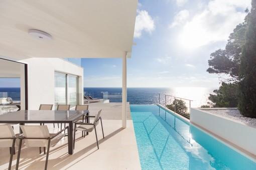 Terraza con piscina muy privado