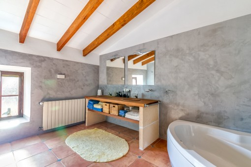 Uno de tres baños con calefacción