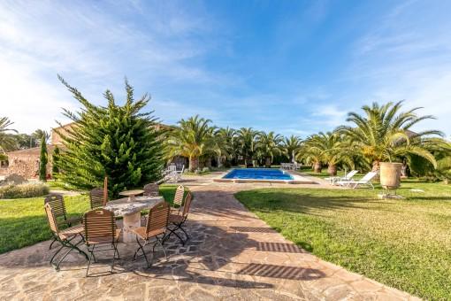 Exterior maravilloso con varias terrazas, jardín y piscina