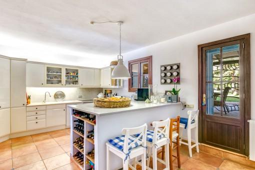 La cocina totalmente equipada ofrece acceso al exterior