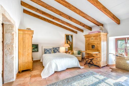Hermoso dormitorio doble con mobiliario de madera