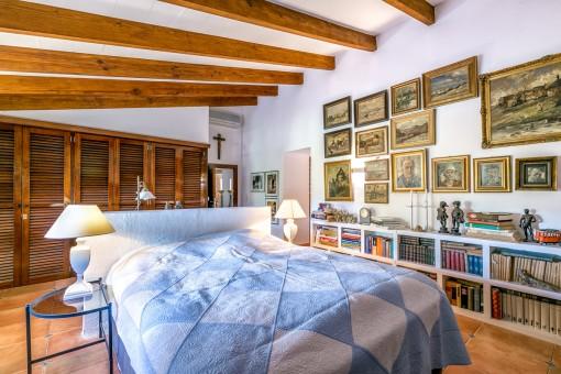 Dormitorio impresionante con armario amplio y muchos libros
