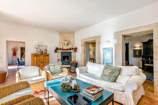 Sala de estar espaciosa con chimenea acogedora