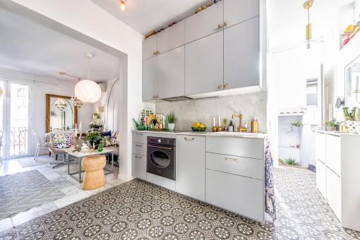 Cocina espaciosa con baldosas mallorquinas