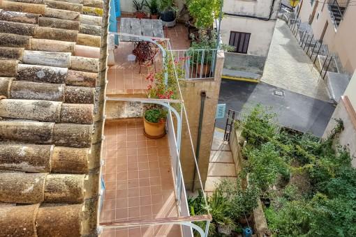 Vistas desde la azotea al balcón a la planta superior y al patio
