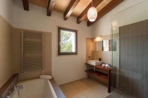 Baño hermoso con ducha y bañera