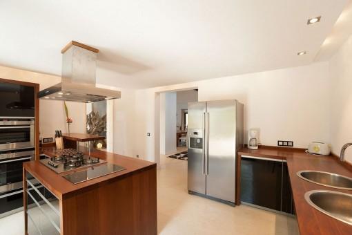 Cocina moderna y totalmente equipada con isla central