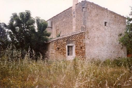 La casa de piedra natural se encuentra en un terreno de 2.600 metros cuadrados