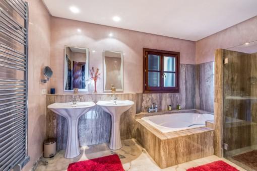 Lujoso baño principal con bañera grande