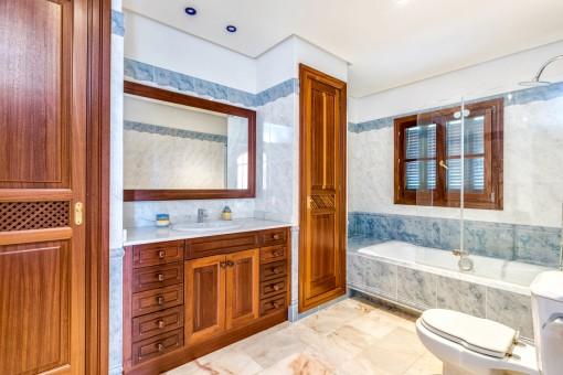 Baño con armarios empotrados y luz natural