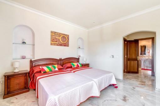 Luminoso dormitorio principal con baño en suite