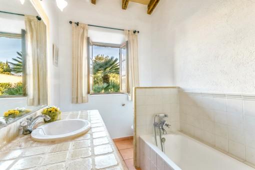 Segundo baño con bañera y luz natural