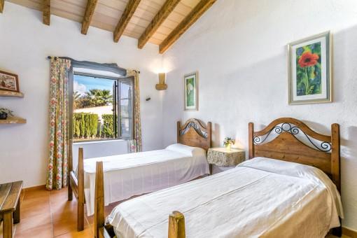 Dormitorio rústico con 2 camas individuales