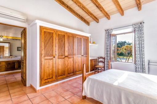 Espacioso dormitorio doble con armario empotrado y baño en suite