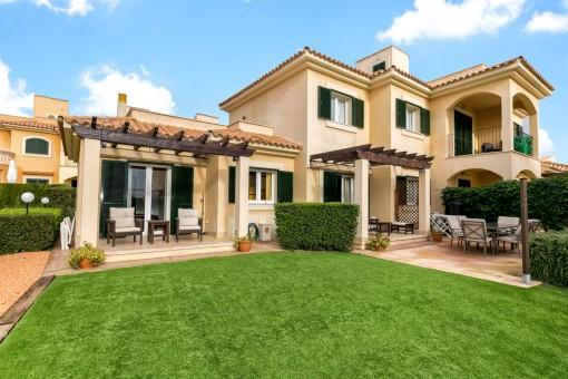Piso moderno en planta baja con jardín en un bonito complejo residencial