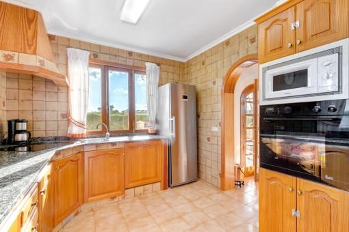 La cocina luminosa ofrece suficiente espacio