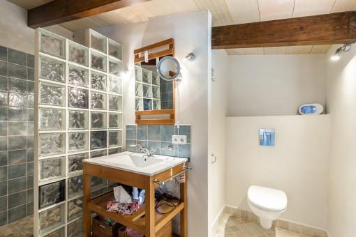 Uno de 3 baños con ducha