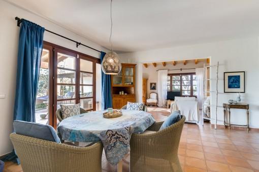 Salón-comedor abierto con acceso a la terraza