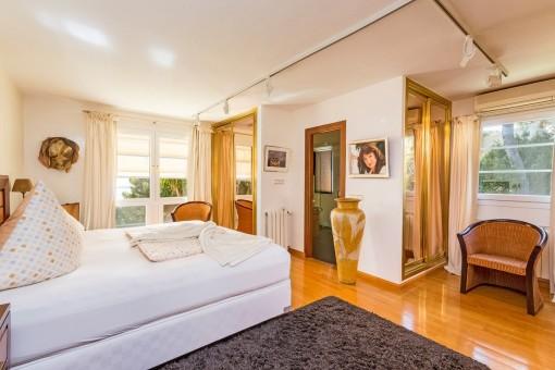 Dormitorio espacioso con baño en suite