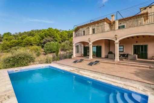 Gran piscina de agua salada con terraza