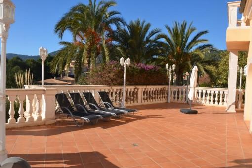 Soleada terraza con acceso al área de estar