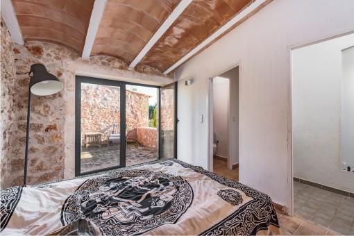 El dormitorio ofrece una terraza y un baño en suite