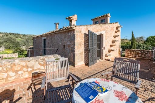 La finca tiene varias terrazas encantadoraa y zonas para descansar