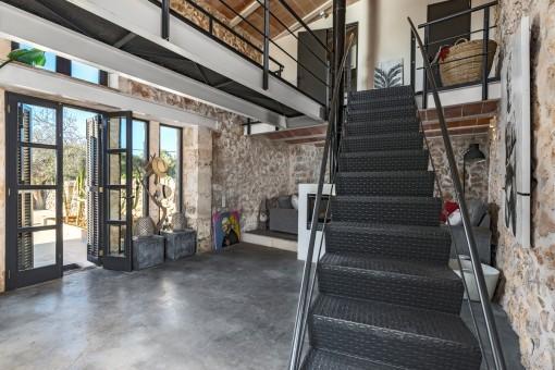 Una escalera lleva a la planta superior